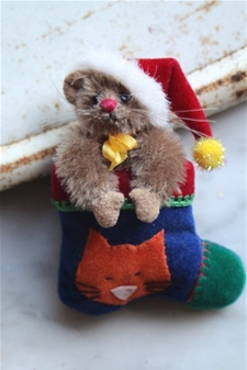 A Very Merry Mousie Brooch